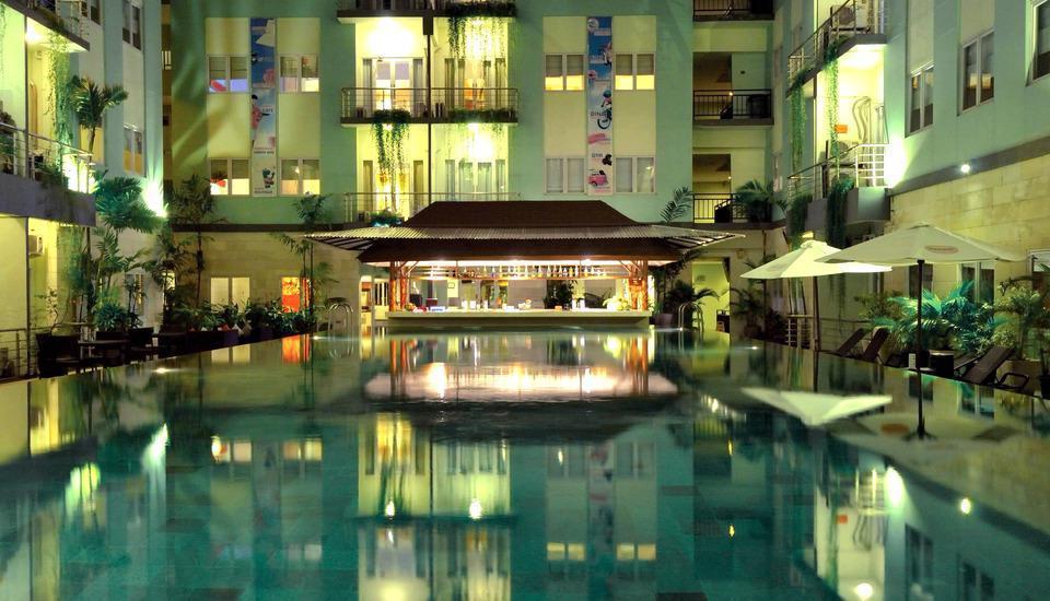 HARRIS Hotel Kuta - Poolbar di kolam renang utama hotel