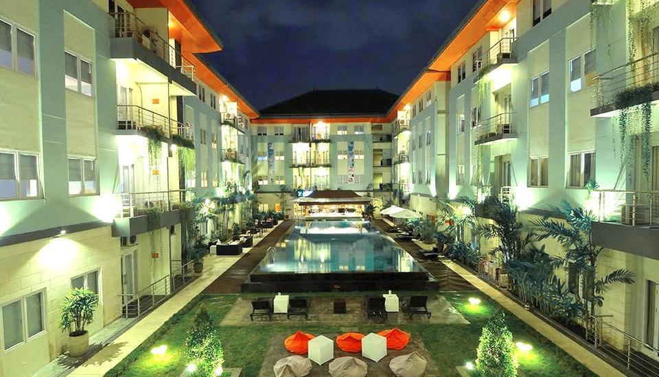 HARRIS Hotel Kuta - Taman dan kolam renang utama hotel