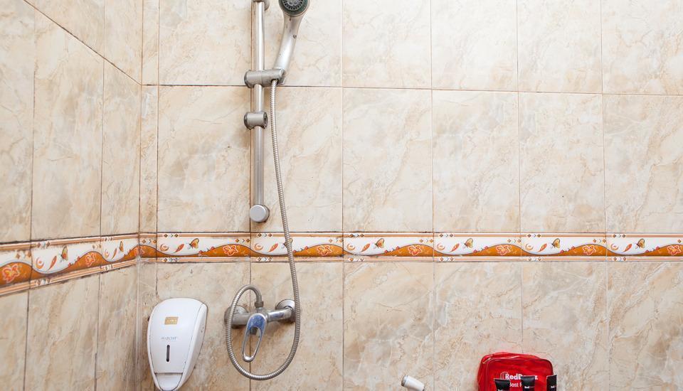 RedDoorz @Cihampelas Bandung - Bathroom