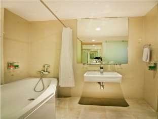 Q Hotel Bali - Bathroom