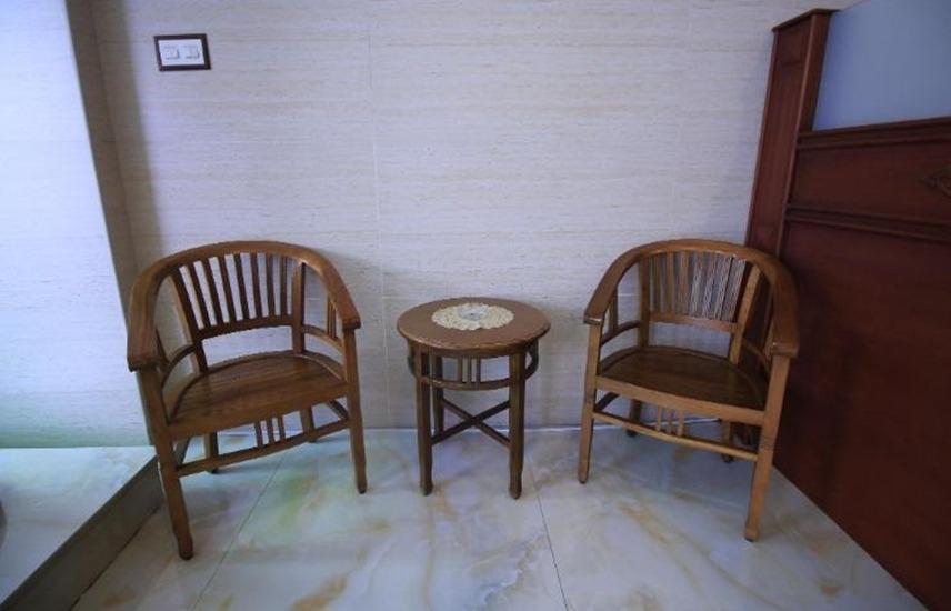 Zamrud Malioboro Yogyakarta - Meja dan kursi