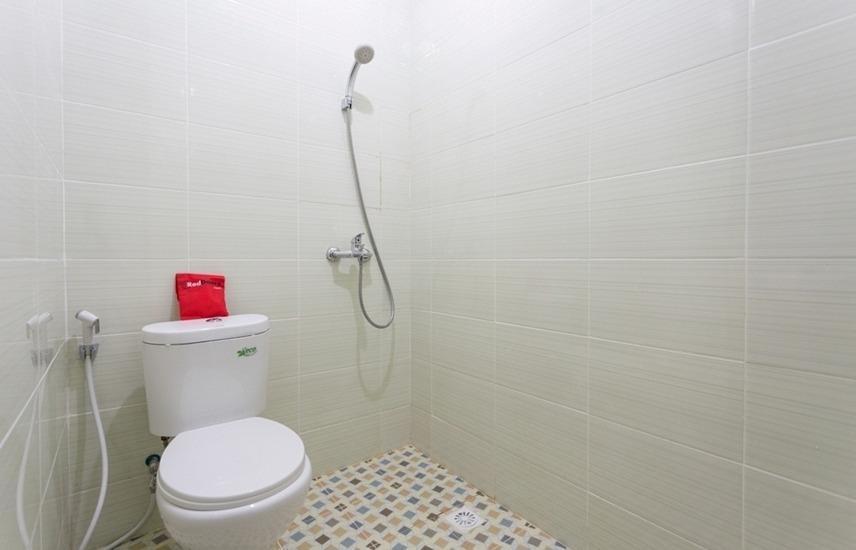 RedDoorz Plus @ Boulevard Residence BSD South Tangerang - Bathroom