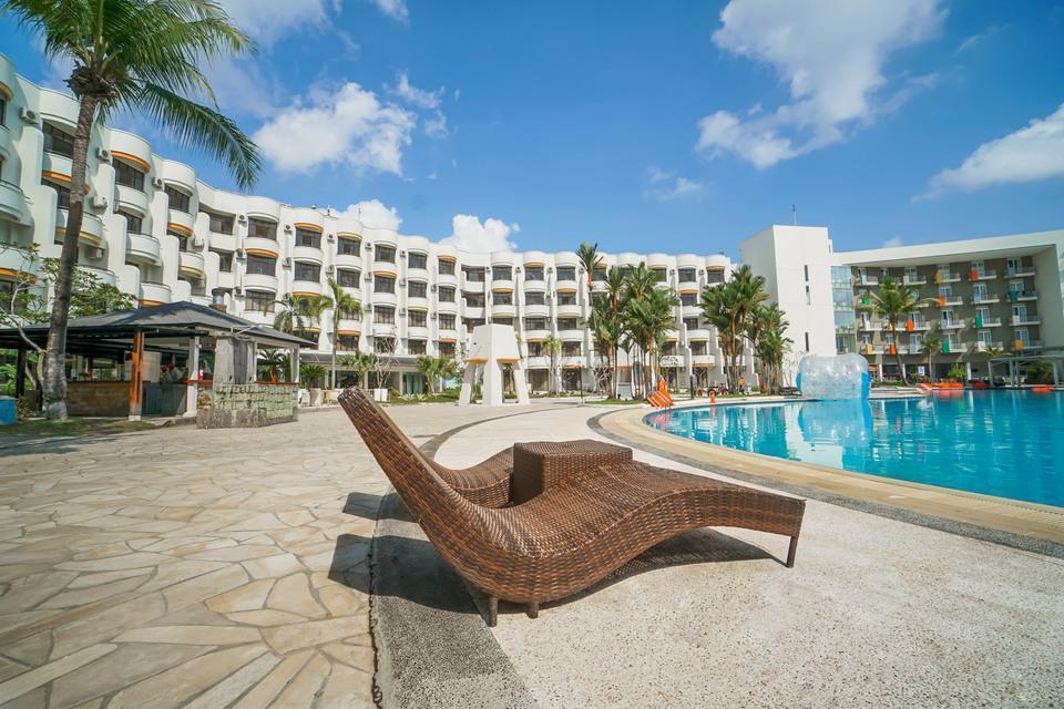HARRIS Waterfront Batam - Swimming Pool at HARRIS Resort Waterfront Batam
