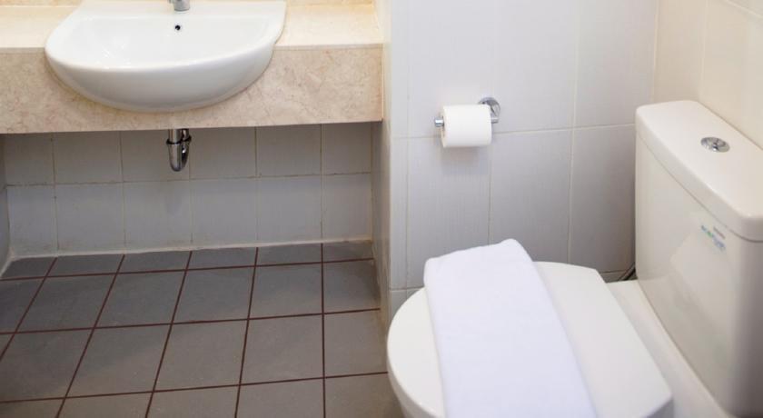 Zest Hotel Jemursari Surabaya - Kamar mandi