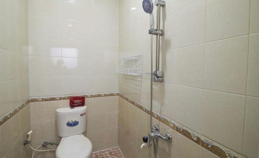 RedDoorz @ Kebagusan Jakarta - Kamar mandi