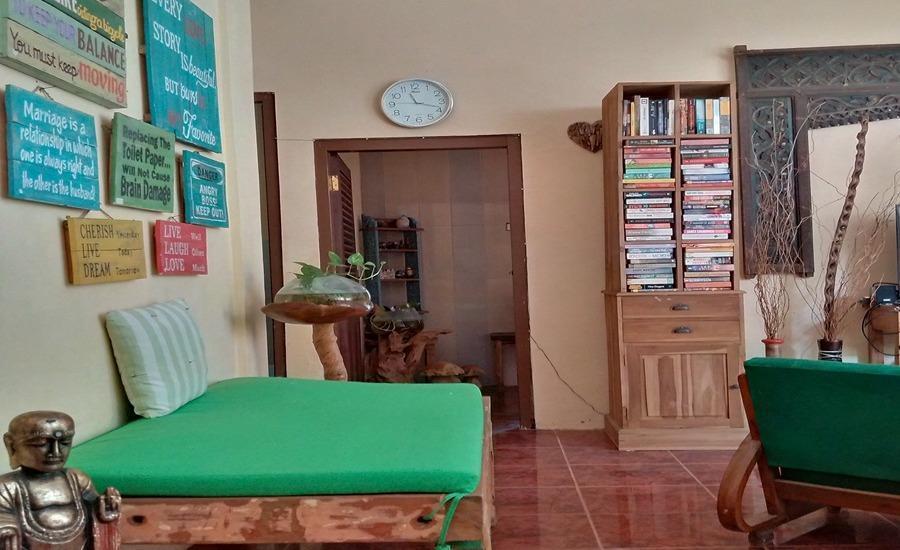 Umyah Osing Banyuwangi - Ruang ddk dengan perpustakaan pintu kruang resepsionis