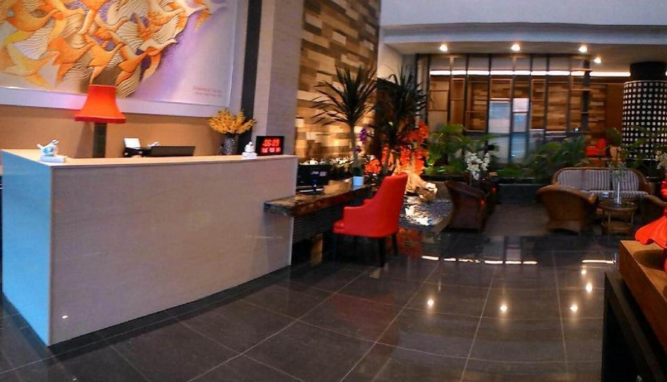 Ardan Hotel Bandung - Meja depan