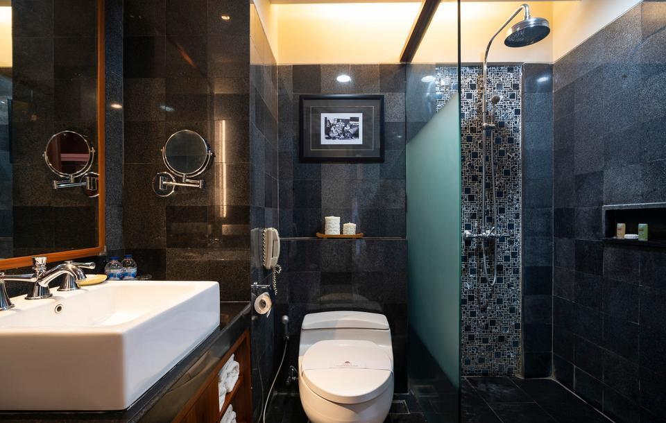 Kuta Seaview Hotel Bali - Deluxe Room Bathroom