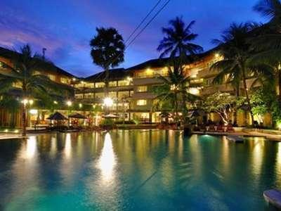 HARRIS Resort Kuta Beach Bali - Pada malam hari di tepi kolam renang