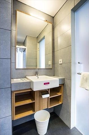 Maple Hotel Grogol Jakarta - Bathroom