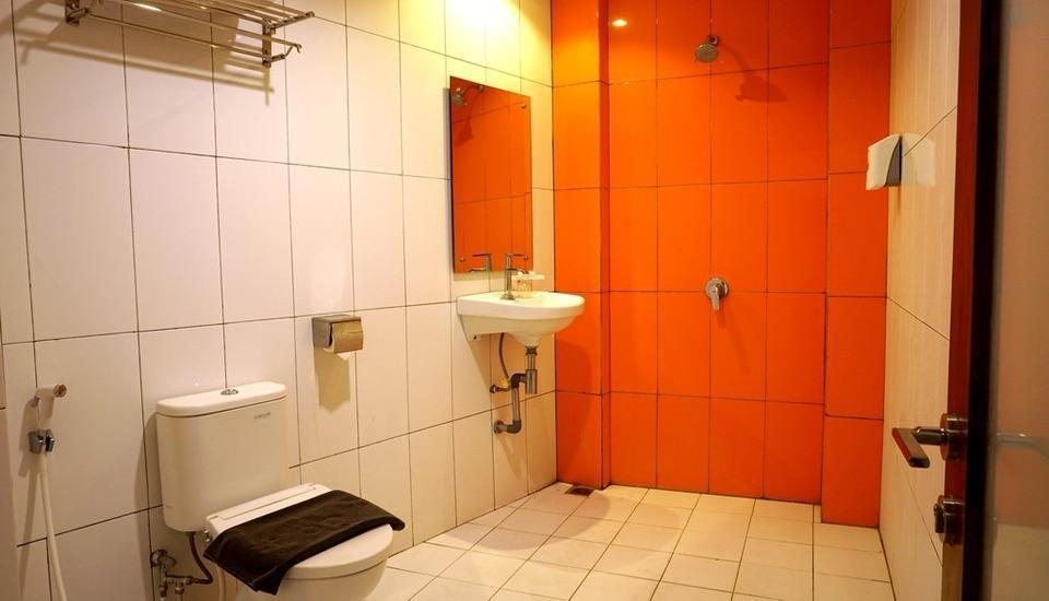 Red Chilies Hotel Solo - bathroom