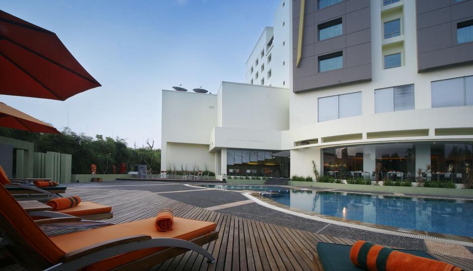 HARRIS Hotel Tebet Jakarta - Samping kolam renang 2