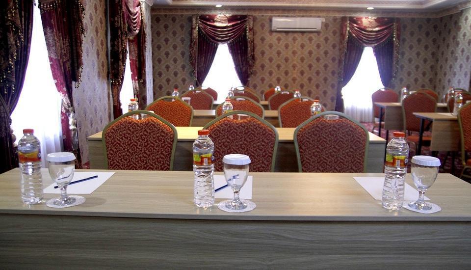 Hersya Front One Inn Surabaya - Ruang Rapat