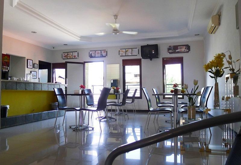 Family Guest House Surabaya - area untuk makan pagi / kafe