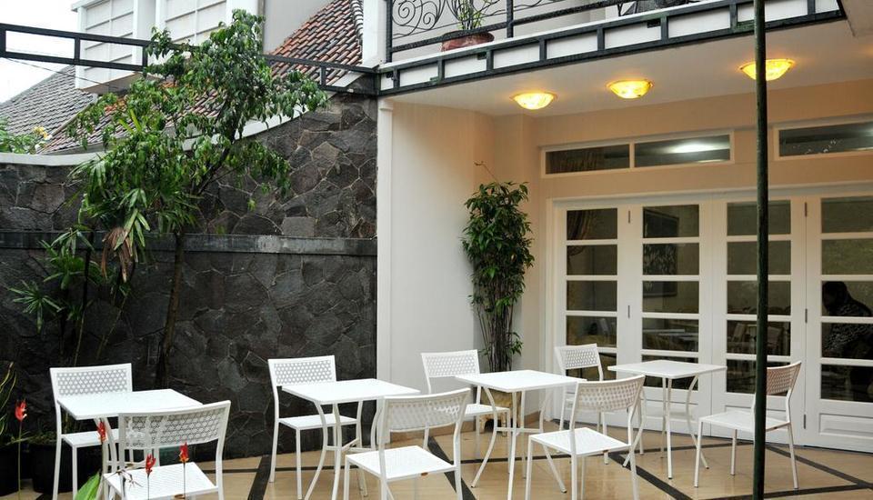 La Nostalgie Guest House Bandung - Terrace