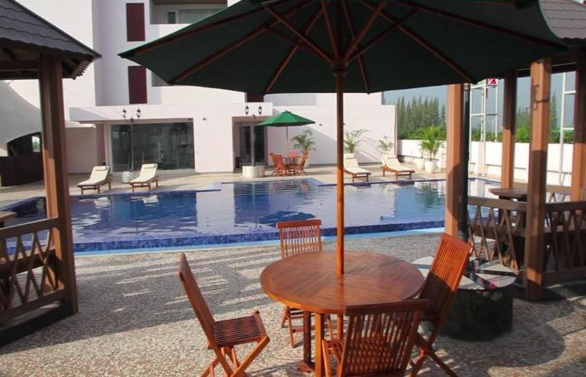 Sakura Park Hotel & Residence Bekasi - Kolam Renang