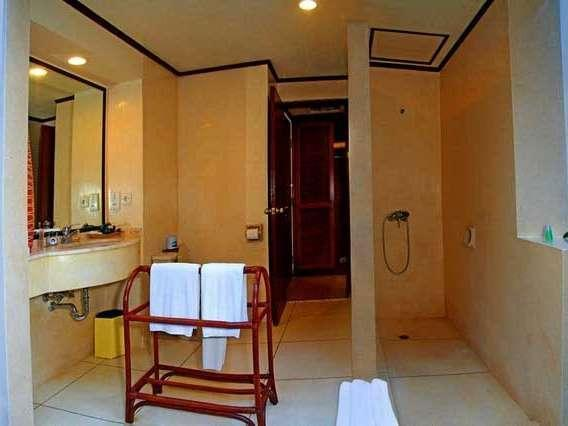 Holiday Resort Lombok - Grand Chalet Bathroom