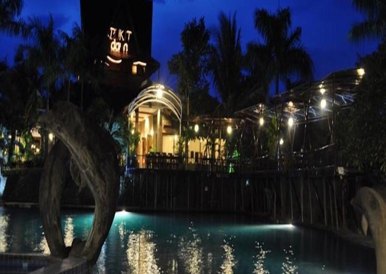 Bukit Daun Hotel and Resort Kediri - Pemandangan Pada Malam Hari