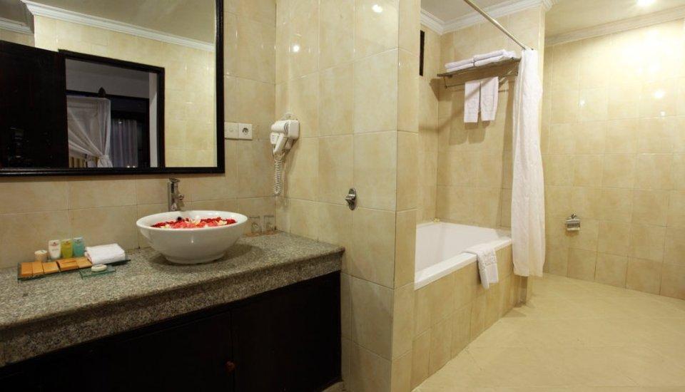 Puri Saron Hotel Seminyak - Deluxe chalet bath room