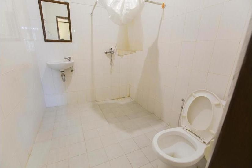 Santo Guest House Sidoarjo - Bathroom
