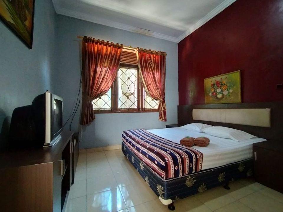 Kamar penginapan di Hotel Arwana Safari Puncak
