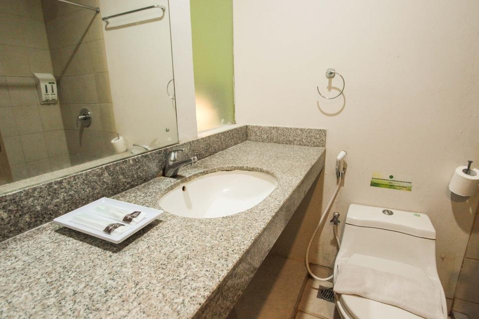 LeGreen Suite Pejompongan - BATHROOM
