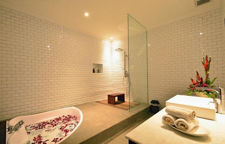 Sama Sama Suites & Restaurant Bali - Bathroom