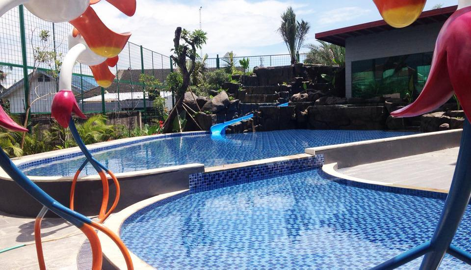 MaxOneHotels at Resort Delia Makassar - Pool