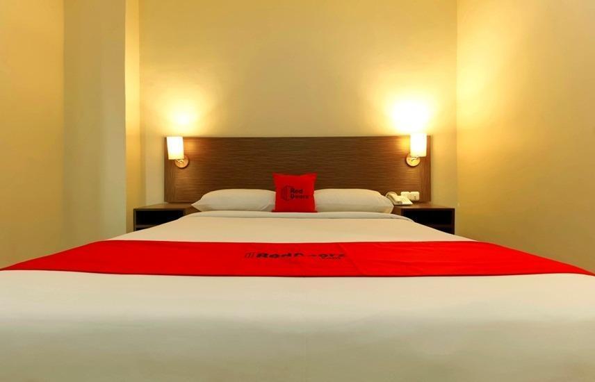 RedDoorz Plus near Pantai Losari Makassar - RedDoorz Room Regular Plan