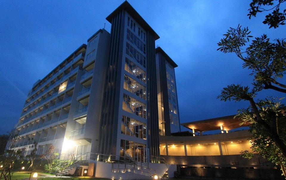 Clove Garden Hotel Bandung - Building Night