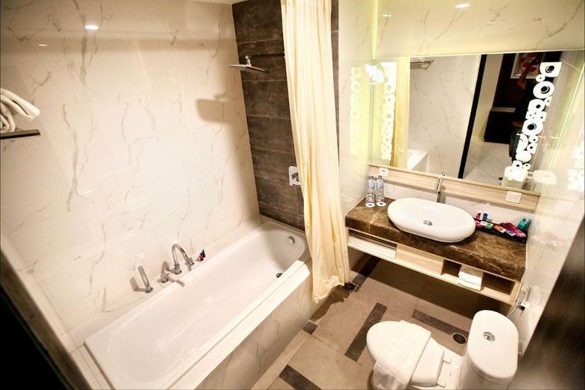 Hotel Dafam Lotus Jember Jember - Bathroom