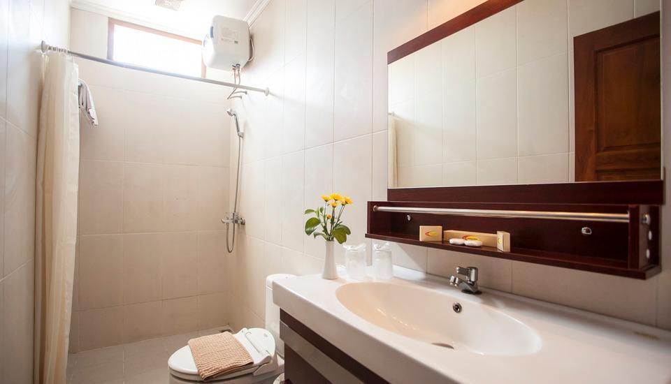 Rosalia Indah Hotel Yogyakarta - toilet kamar tamu