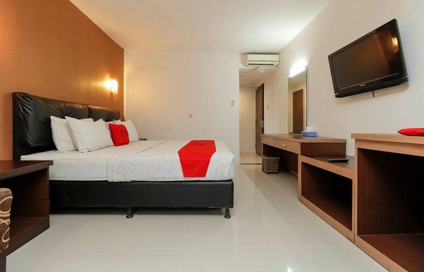 RedDoorz Plus near Karebosi Area Makassar - Room