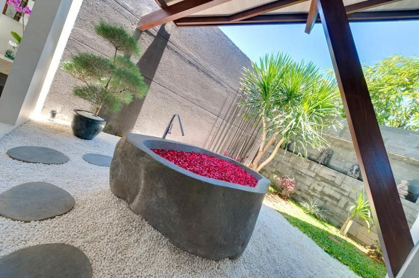 The Layar - Designer Villas & Spa Seminyak - Deep Soaking Bathtub