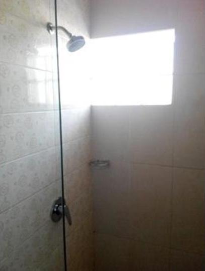 De Wahyu Hotel Batu - Bathroom Shower