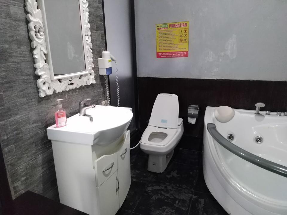 Hardys Hotel Negara Bali - Bathroom