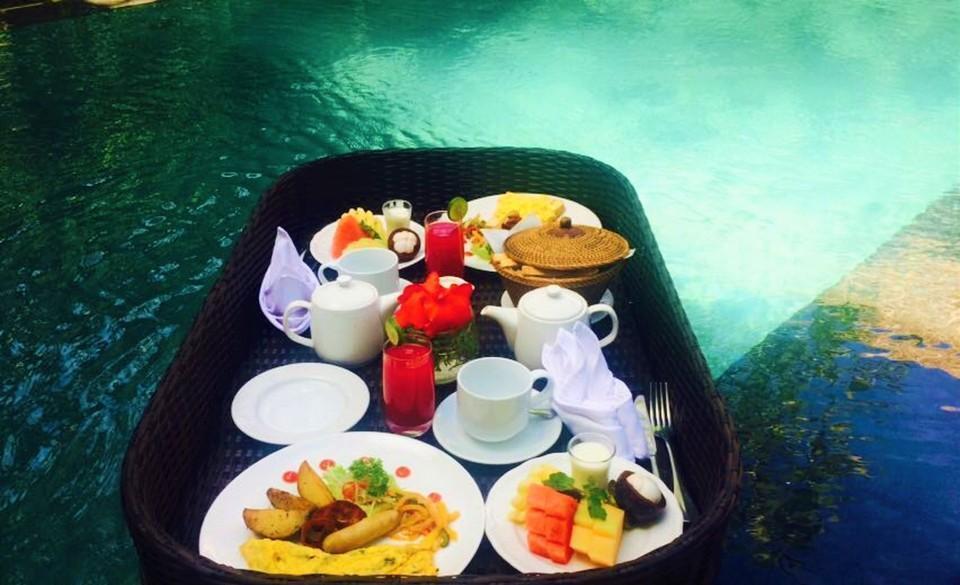 Mayaloka Villas Seminyak - Floating breakfast