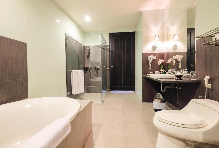 Kenari Tower Hotel Makassar - Bathroom