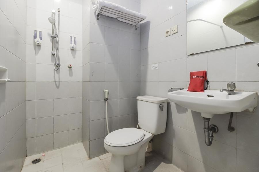 RedDoorz Plus near Grage City Mall Cirebon - Bathroom