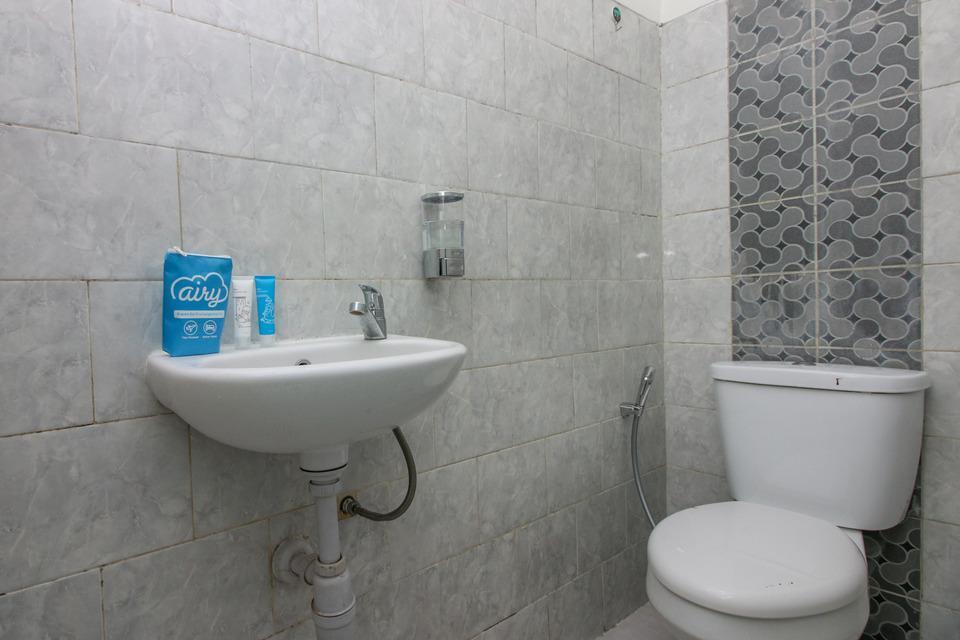 Airy Eco Syariah BSD Serpong Pondok Cempaka Satu 13  Tangerang - Bathroom