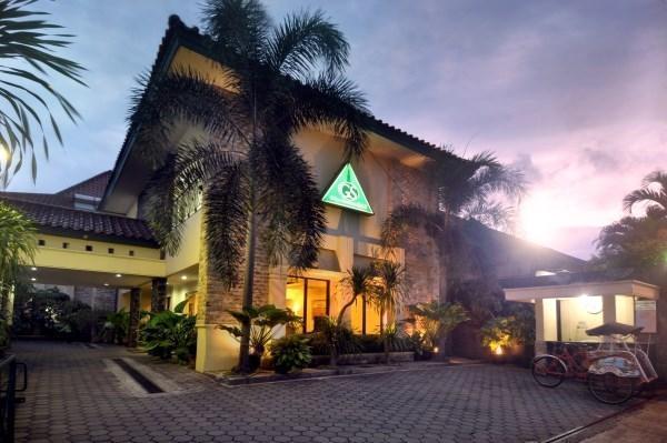Griya Sentana Hotel Yogyakarta - parkir tamu dan bangunan mencakup
