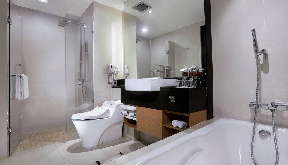 Grand Aston City Hall Hotel & Serviced Residences Medan - Premier deluxe bath Room