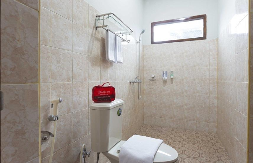 RedDoorz @ Tanah Baru Depok Jakarta - Kamar mandi