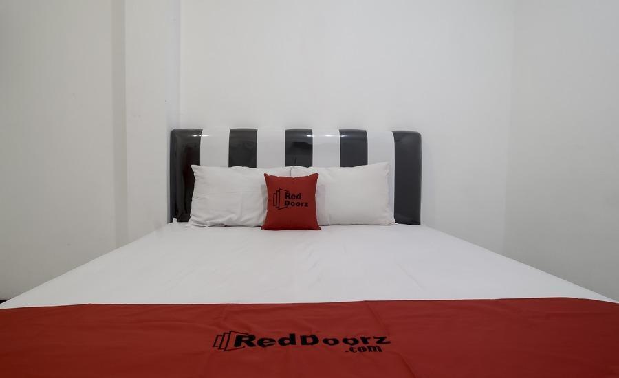 RedDoorz near Poncol Station Semarang -