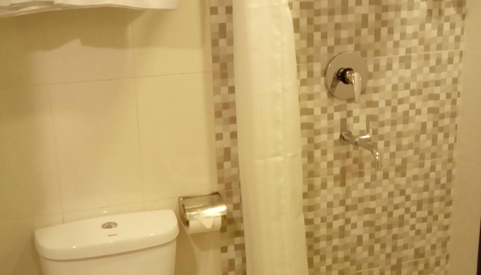 Jodipati Hotel Bengkulu - Toilet dan Shower berdiri dari kamar smart