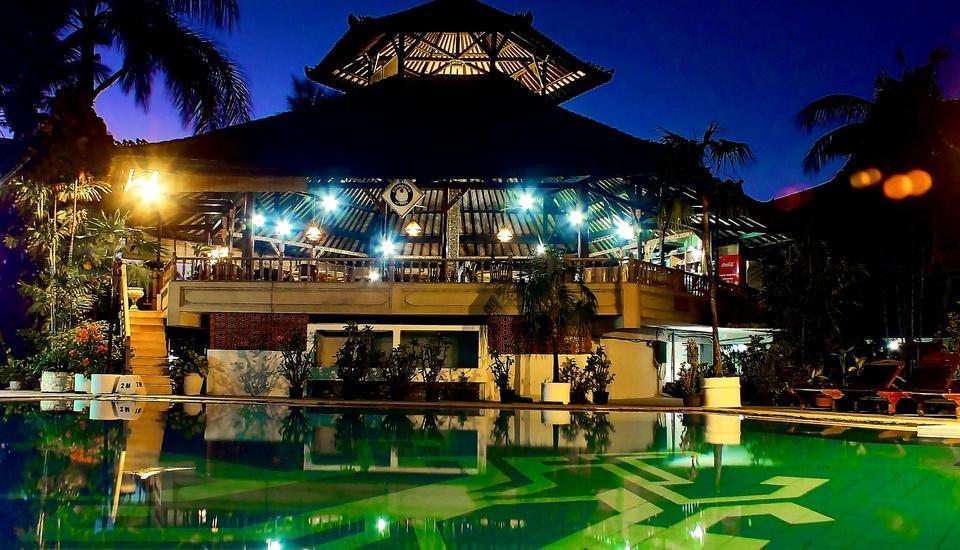Palm Beach Hotel Kuta  - Suasana malam di Pool