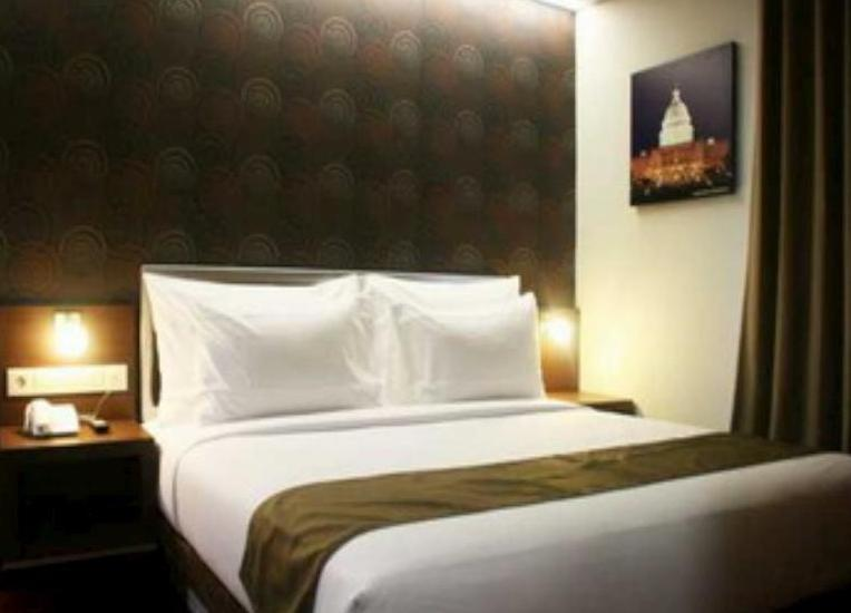 Hero Hotel Ambon - Deluxe King Room Only Regular Plan