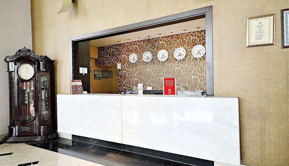 ZEN Premium Bandengan Selatan Jakarta - Resepsionis