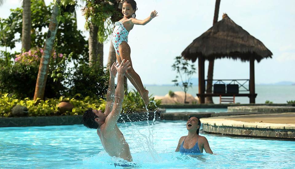 Turi Beach Resort Batam - Keluarga di Kolam Renang Aqua