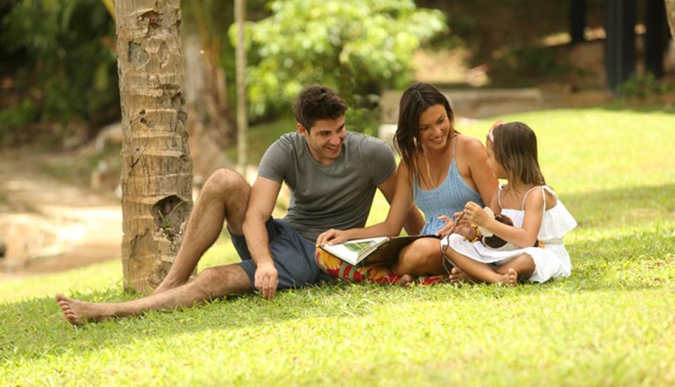 Turi Beach Resort Batam - Keluarga di taman